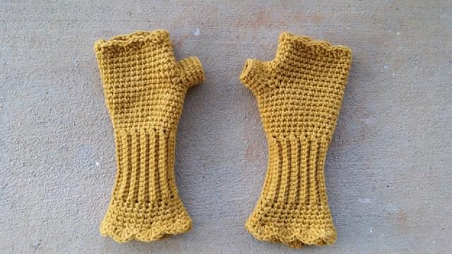 crochet texting gloves, crochetbug, textured crochet, fingerless crochet gloves, vintage yarn, yarn stash, stash buster, use what you have
