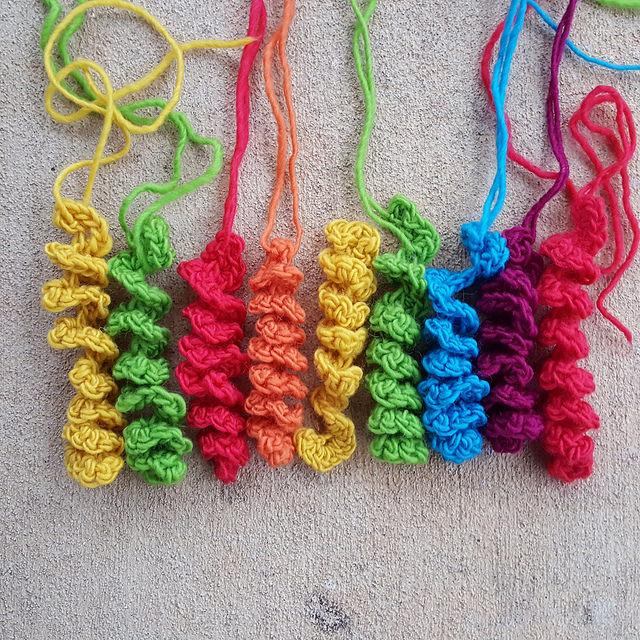 Crochet hyperbolic curlicues for a crochet bag closure