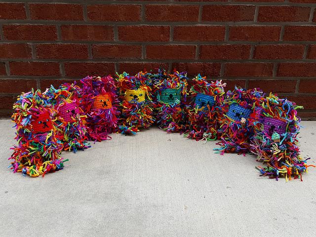 scrap yarn crochet cats, crochetbug, scrap yarn project, use what you have, amigurumi cat, toy cat, crochet cats, gato, crochet tails