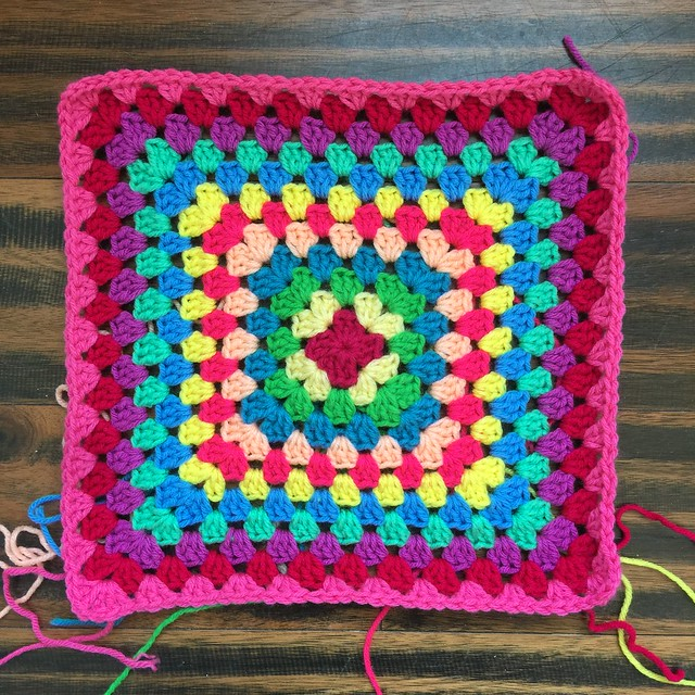 I finish the twelfth round of the granny square with one of the pinks