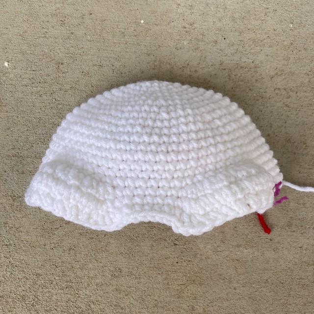I start work on a second crochet skull this time using white yarn