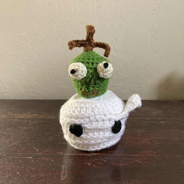 A crochet shrunken head and a crochet mummy head