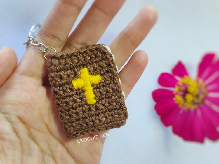 gantungan kunci Alkitab rajut