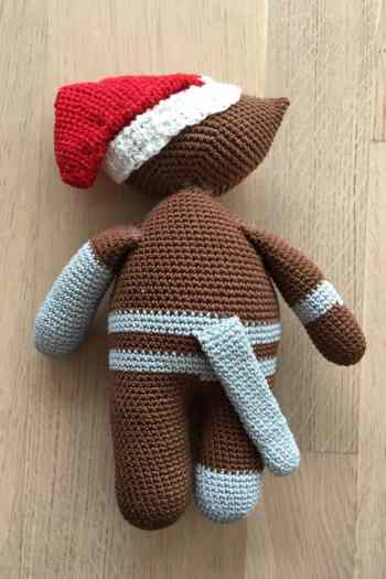 Photo of the back of this crocheted stuffed animal amigurumi Christmas cat