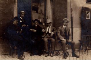 Alfedena, agosto 1920 Arciprete Don Matteo Brunetti (*Alfedena, 3/5/1883 - †Castel del Giudice, 25/2/1938). Primo a sx, S.E. On. Sen. del Regno Mansueto De Amicis (1851-1924)