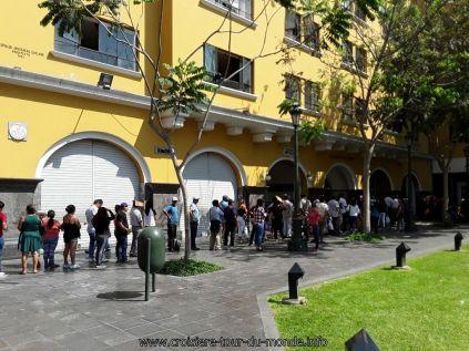 Escale à Lima au Pérou queue à la banque