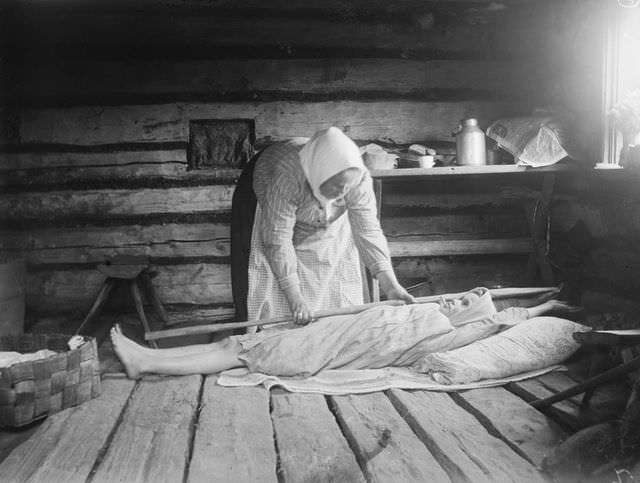Grandmother Lasanen treating an illness caused by the spirits (Taivalkoski, 1917)