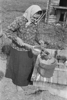 Serafia Vehkamäki making medicine (Kyyjärvi, 1956)