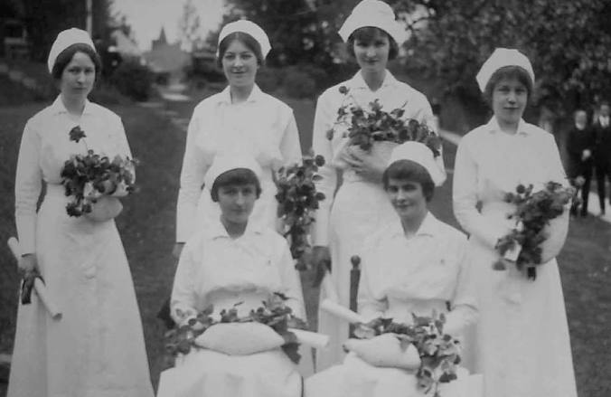 New nurses pose in 1917