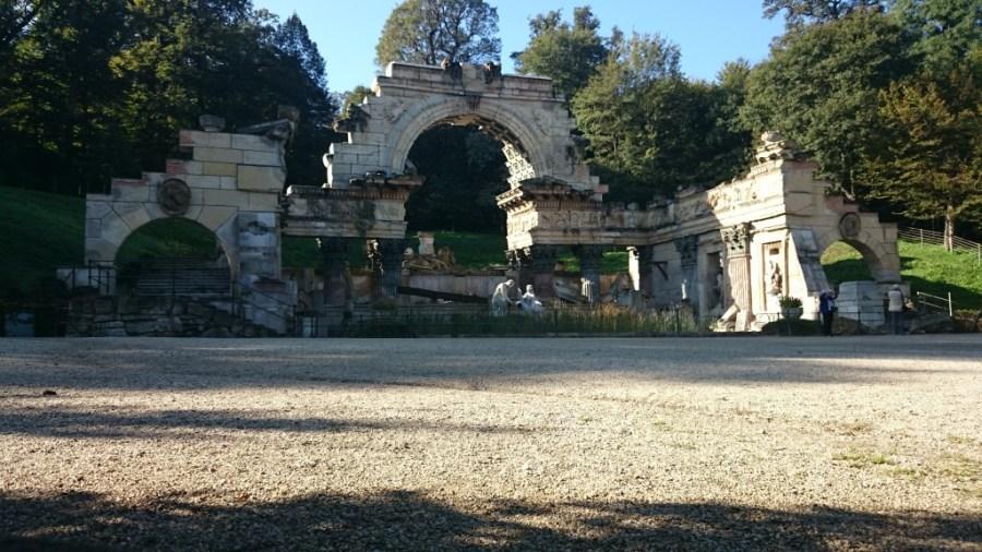 Ruinas romanas en los caminos del Palacio Schonbrunn en Viena