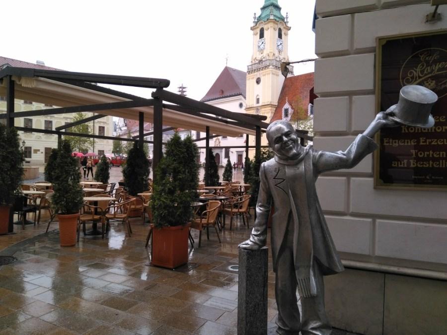 Estatua callejera Bratislava.