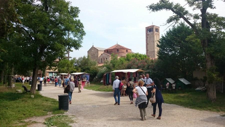 A lo lejos ya se ven Santa Maria Assunta y a la derecha el martyrion de Santa Fosca. Torcello.