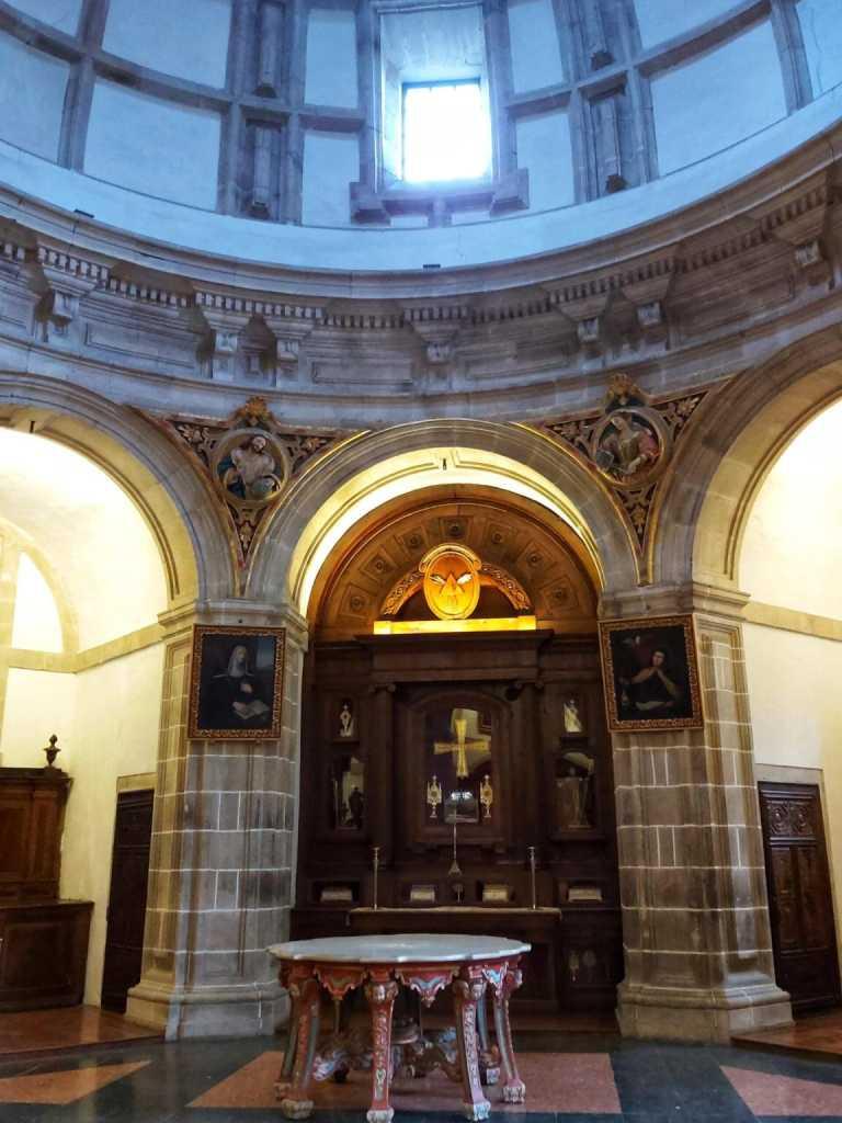 Sacristía con mesa barroca en el centro.