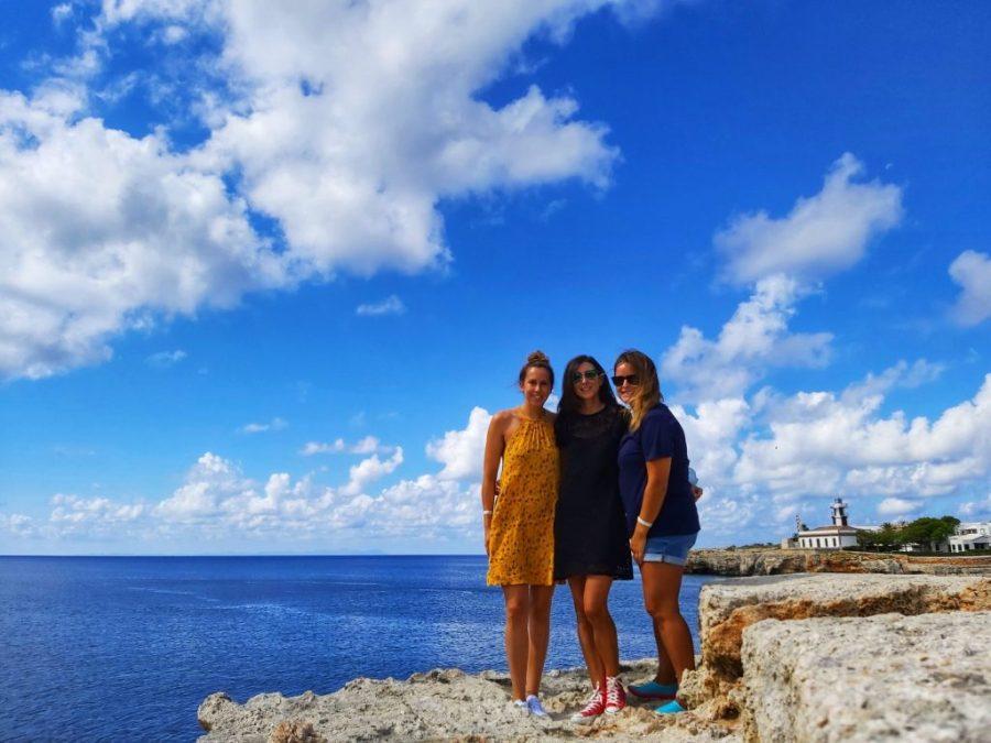 Nosotras ante el Faro de Ciudadela