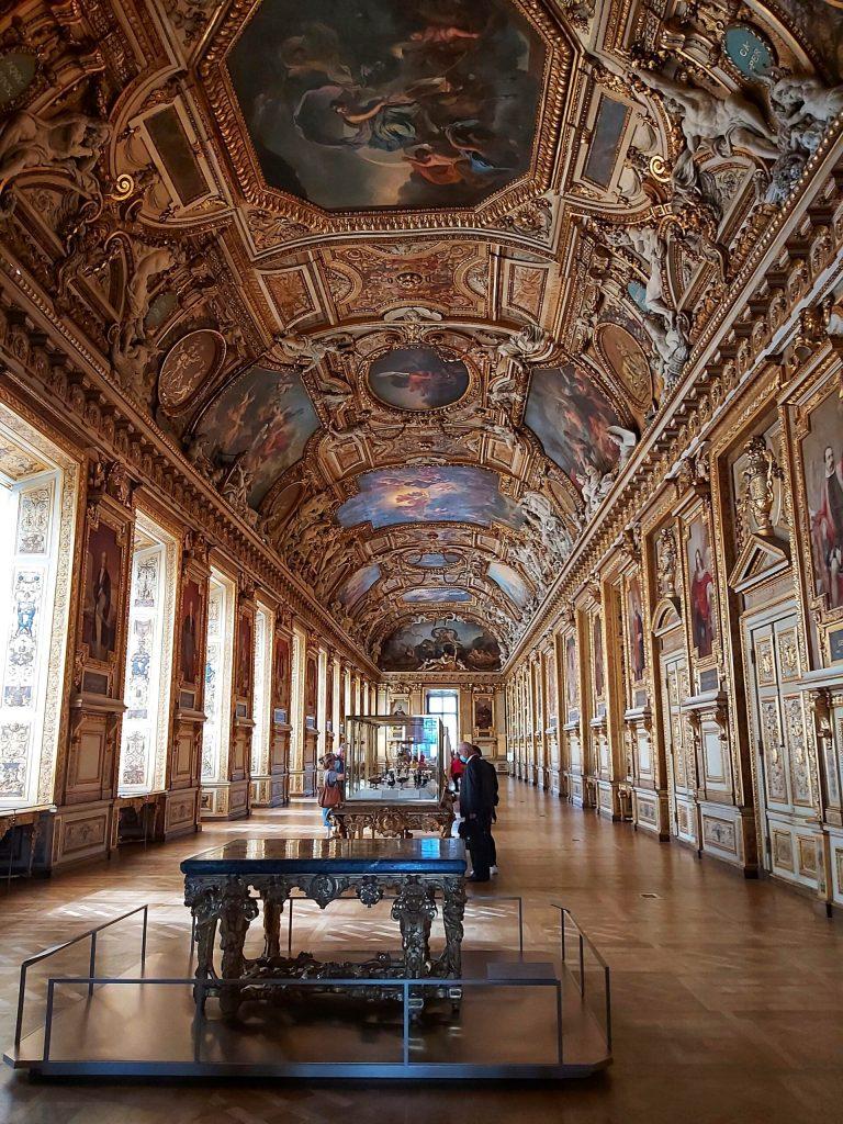 Sala del Museo del Louvre.