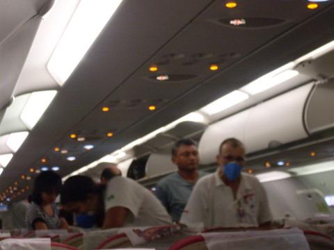 Mascarados estilo ficção científica limpam o avião.