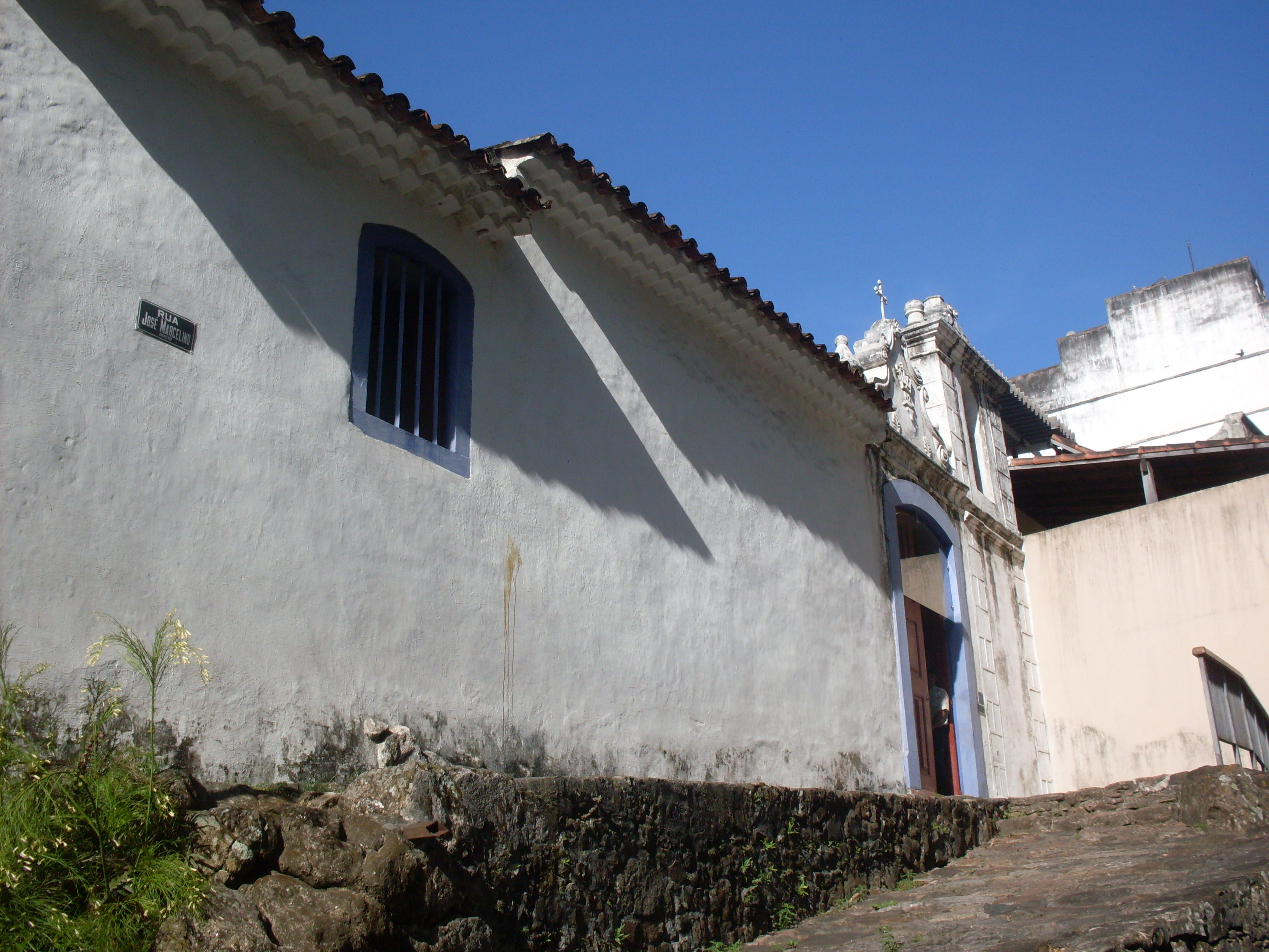 Capela de Santa Luzia, pequeníssima e simples