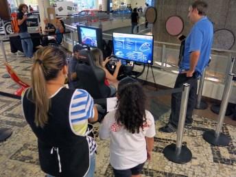 O público podia divertir-se com os simuladores de corridas