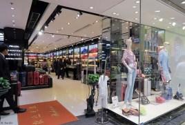 23. ISA, uma das lojas no r/c do Edificio Comercial da China, que vende malas e acessórios de marca