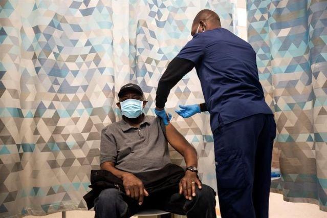Vacunados contra COVID-19 pueden reunirse sin mascarillas
