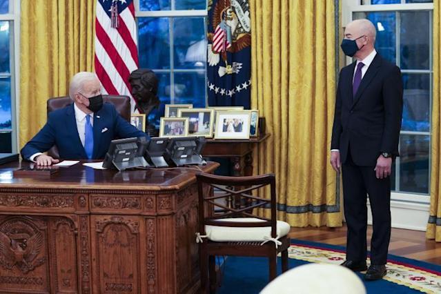 Biden comienza a reunir a las familias inmigrantes