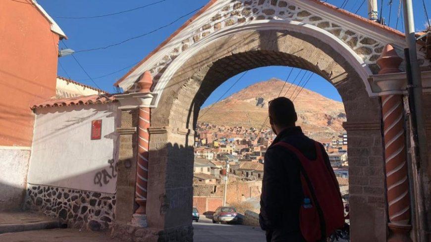 Arco de piedra bajo el que se ve el Cerro Rico de Potosí