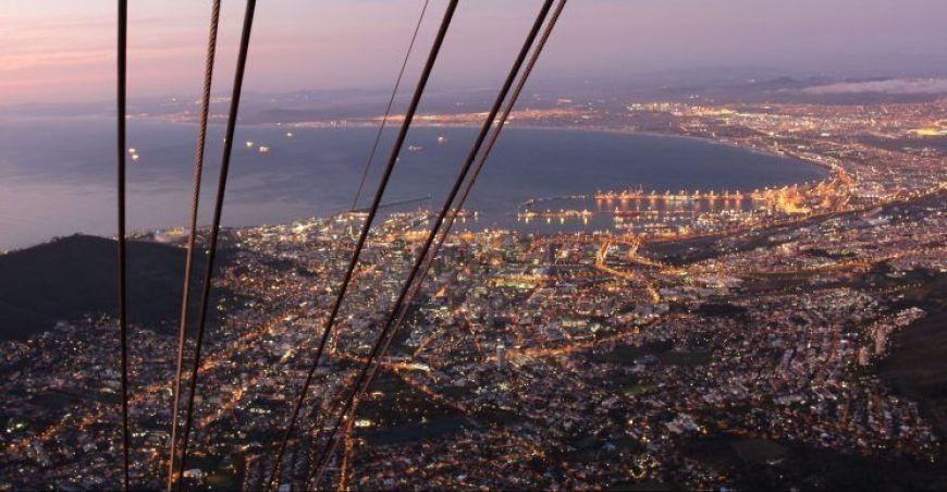 Vistas nocturnas de Cape Town desde la Table Mountain