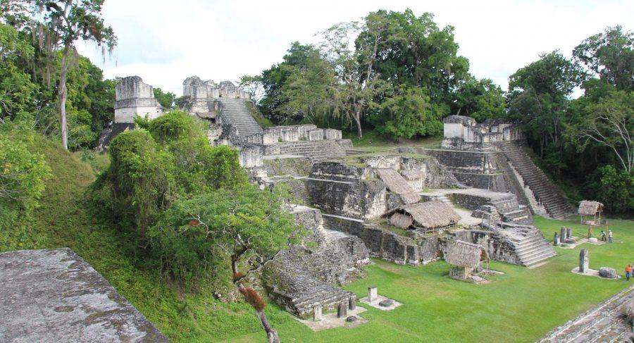 Tikal plaza principal, guatemala