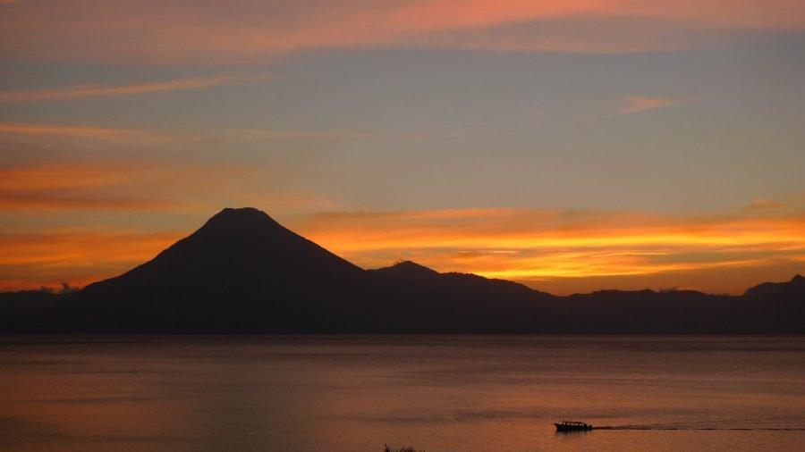 Puesta de Sol en el Lago Atitlán