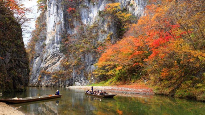 Botes en el río en Tohoku