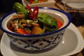 Plato de curri en Bangkok Café, uno de los restaurantes asiáticos de Barcelona