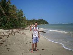 yo en la playa de cahuita, de pide enseñando una herida que me hice en el braso en una caída