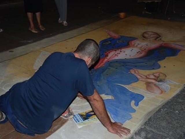 Madonnari autentici artisti di strada italiani capaci di dipingere capolavori d'arte sull'asfalto-5