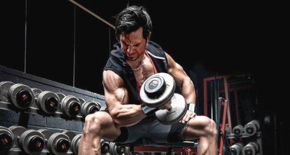 curl biceps concentrado apoyo muslo