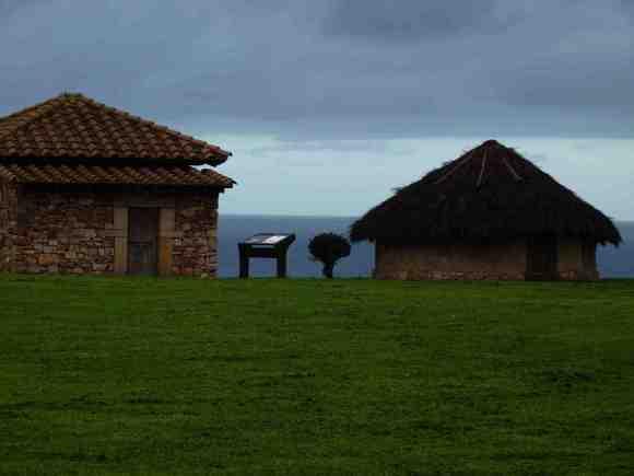 Reconstrucción de una vivienda prerromana y otra romana en el castro de Campa Torres (Xixón, Asturias), donde se mantuvo y amplió la ocupación del poblado