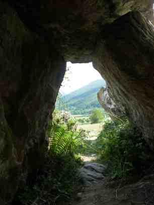 Interior y corredor del dolmen de Arrako