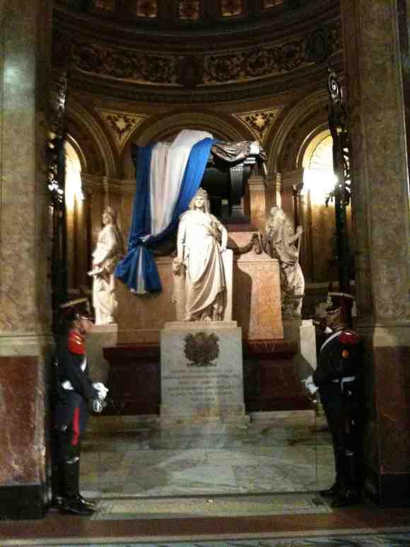 Sepulcro del general San Martín, el líder indiscutido de la independencia Argentina, en la Catedral de Buenos Aires (2014)