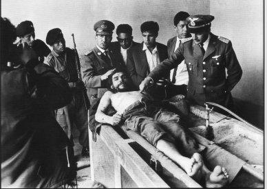 """Ernesto """"Che"""" Guevara, tendido muerto tras ser acribillado en Bolivia en 1967. Foto: Freddy Alborta (AP)"""