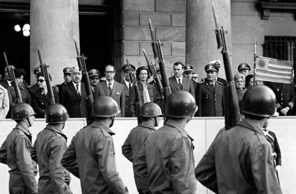 Juan María Bordaberry, junto con la plana mayor del ejército, el día de la instauración de la dictadura militar en Uruguay (27 de junio de 1973). Foto: EFE