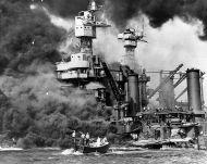 Una lancha busca supervivientes en los alrededores del buque West Virginia, anclado en Pear Harbour y bombardeado por la aviación japonesa. Foto: Reuteurs