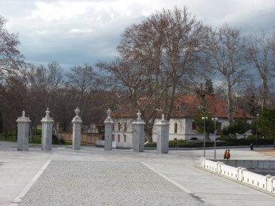 La Casa de Vargas, al otro lado del Puente del Rey, que flanquea el Manzanares