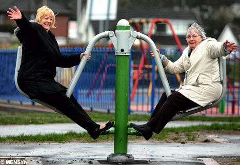 Old_women_on_roundabout