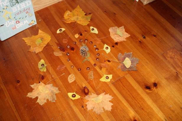 Mandala de feuilles et fruits d'automne Aurore