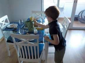 Les garçons préparent la table du petit-déjeuner.