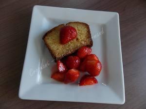 Cake vanille-chocolat blanc et sa brochette de fraise DSCN4449