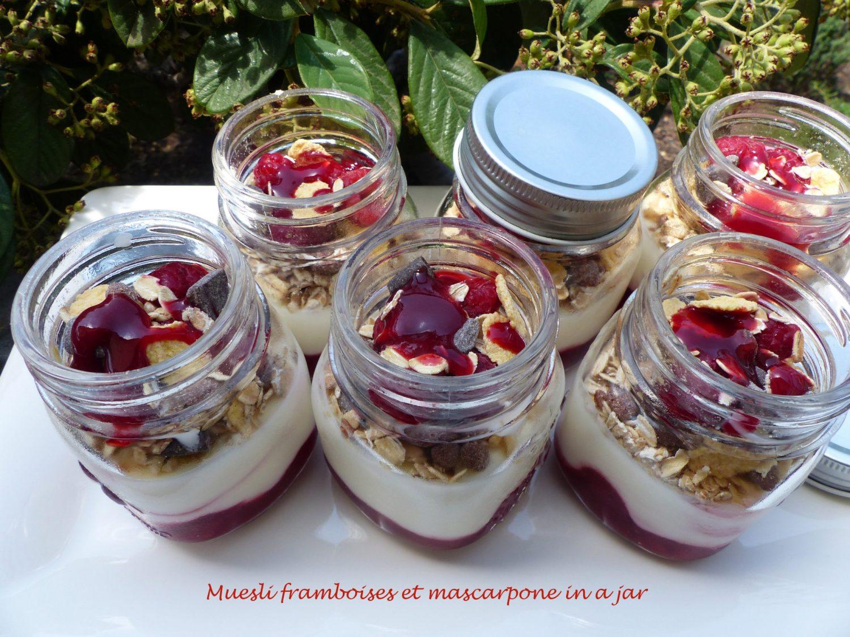 Muesli framboises et mascarpone in a jar P1110594 R