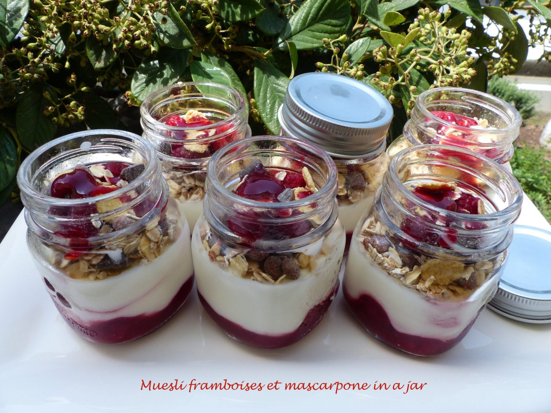 Muesli framboises et mascarpone in a jar P1110595 R