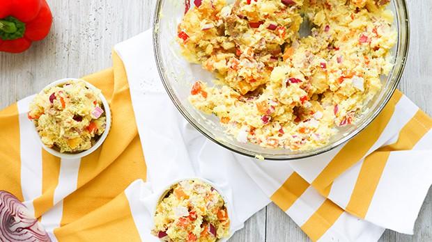 картофельный салат в миске и в порционных салатницах