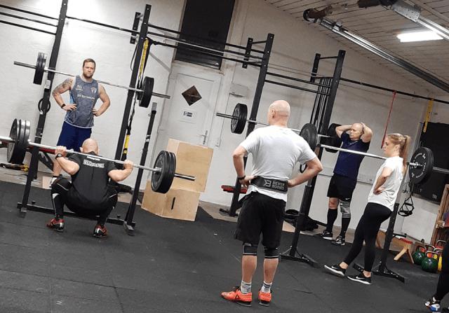 Styrketræning hos CrossBox i Hadsten. Holdtræning med fokus på Squat.