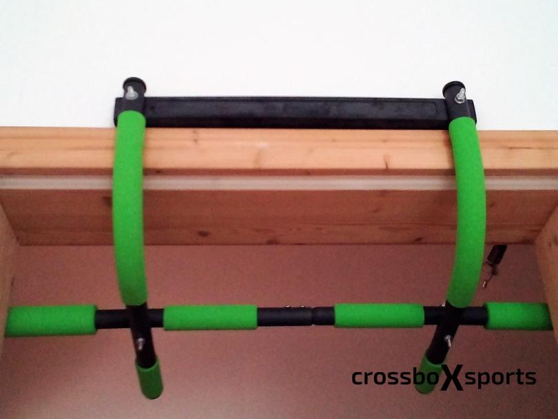 Klimmzugstange Schildkröt Fitness - an der Türzarge montiert